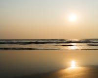 Horizon vif horizontal de coucher du soleil de lait d'océan photos libres de droits