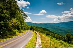 Horizonaandrijving en mening van Blauw Ridge Mountains, in Shenandoa Royalty-vrije Stock Fotografie