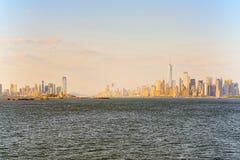 Horizonmening van wolkenkrabbers van water, van Hudson aan Manhattan stock fotografie