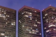 3 horizonnen 's nachts in neonhemel stock foto's