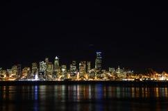 Horizons de Seattle la nuit - la vue d'Alki Beach photographie stock libre de droits