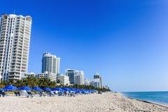 Horizons, plage et littoral avec le ciel bleu le jour ensoleillé Voyage images stock