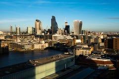 Horizonschemering met Stad van de wolkenkrabbers van Londen en bureau buil stock afbeelding