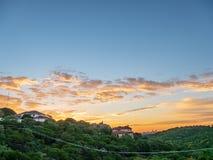 Horizonschot van Austin Texas tussen heuvels tijdens trillende gouden zonsopgang de stad in wordt genesteld die royalty-vrije stock afbeeldingen