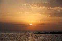 与游艇的巴塞罗那日出在horizont 免版税库存图片