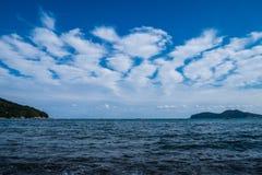 Horizont, Inseln und Wolken Stockbilder