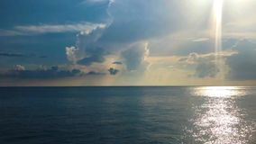 Horizont-Sonnenstrahlen der Gesamtlänge ozeanische, die Wasseroberfläche schlagen stock footage