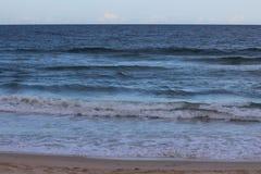 Horizont und blaues Wasser lizenzfreies stockbild