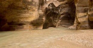 Horizontaal beeld van Wadi Mujib Canyon, Jordanië stock afbeelding