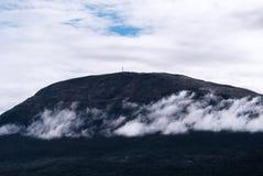 Horizontaal berglandschap met wolkenachtergrond Royalty-vrije Stock Foto's