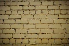horizontaal deel van heldere gele geschilderde bakstenen muur royalty-vrije stock afbeeldingen