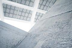 Horizontaal Foto Modern Zonnepaneel met Lege Lichte Concrete Blokken Eigentijdse de Bouwarchitectuur Lege Samenvatting Stock Foto's
