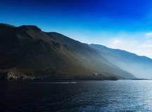 Horizontaal levendig oceaan heuvelig strandlandschap Royalty-vrije Stock Foto's