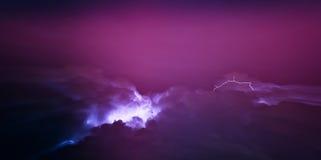 Horizontaal levendig roze bliksemonweer cloudscape Royalty-vrije Stock Afbeelding