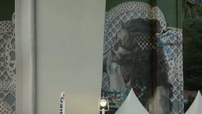 Horizontaal panorama van reusachtige straatkunst, graffiti onder La-Wondzalfbrug in Bilbao stock video