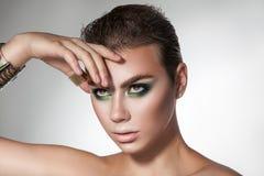 Horizontaal portret van jong schoonheidsmeisje met groene kleurenmakeu Stock Afbeelding