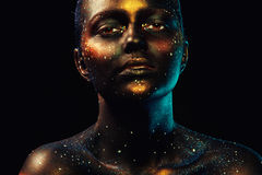 Horizontaal portret van mooie vrouw met donker gezichtsart. Royalty-vrije Stock Foto