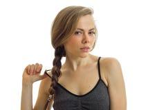 Horizontaal portret van seksuele blonden met vlecht die de bal vanaf Tulle houdt Stock Fotografie