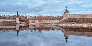 Horizontaal schot van muren van Pskov het Kremlin die in de grote rivier nadenken royalty-vrije stock afbeeldingen