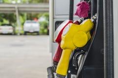 Horizontaal schot van sommige benzinepompen stock afbeeldingen