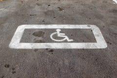 Horizontaal wegdek die die een 'parkerenplaats merken voor gehandicapten 'wordt gereserveerd royalty-vrije stock foto's
