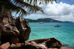 Horizontal abandonné d'île avec de l'eau en cristal Photographie stock libre de droits