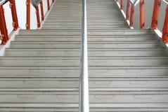Horizontal arriba y abajo de escalera en el edificio de la estación Fotografía de archivo