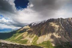 Horizontal avec des montagnes République l'Altay image libre de droits