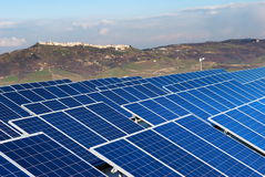Horizontal avec l'installatio de panneau solaire Photos stock