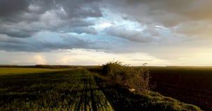 Horizontal avec le ciel excessif image stock