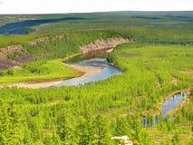 Horizontal avec le fleuve dans le taiga sibérien Photographie stock