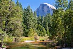 Horizontal avec le fleuve dans Yosemite photographie stock libre de droits