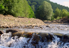 Horizontal avec un fleuve de montagne Photo libre de droits
