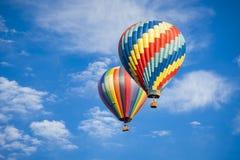 Horizontal - balões de ar quente bonitos contra um céu azul profundo Fotografia de Stock