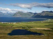 Horizontal côtier de Lofoten avec le lac en forme de coeur Image stock