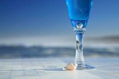 Horizontal - cheminée teintée bleue en verre de boissons avec s Photos libres de droits