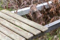 Horizontal colocada escalera de madera imagen de archivo