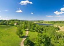 Horizontal d'été de vallée verte et de ciel bleu Photos stock