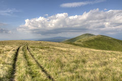 Horizontal d'été. Nuages et route de montagne Photo libre de droits
