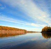 Horizontal d'automne avec le fleuve et le ciel Photographie stock