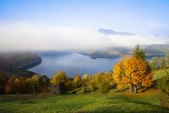 Horizontal d'automne avec le lac images stock