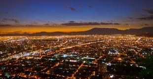Horizontal d'une ville la nuit Photographie stock libre de droits