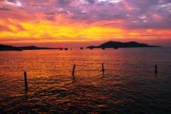 Horizontal de beauté avec le lever de soleil au-dessus de la mer Image libre de droits