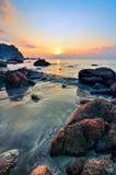 Horizontal de beauté avec le lever de soleil au-dessus de la mer Photo libre de droits