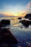 Horizontal de beauté avec le lever de soleil au-dessus de la mer Images stock