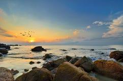Horizontal de beauté avec le lever de soleil au-dessus de la mer Photos libres de droits