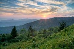 Horizontal de coucher du soleil d'été de montagnes dans Ridge bleu Photographie stock libre de droits