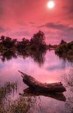 Horizontal de fleuve avec le ciel et le soleil rouges Image stock