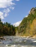 Horizontal de fleuve dans le temps d'automne. photographie stock libre de droits