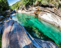 Horizontal de fleuve de Verzasca, Suisse Photos libres de droits